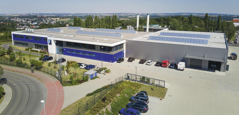 Blick auf das Wesko-Gelände im Gewerbegebiet an der A72 in Stollberg. 2013 entstand der Firmenneubau mit einem ersten Hallenkomplex (links). 2020 wurde der zweite Komplex fertiggestellt.