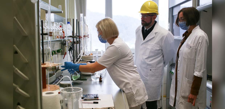Sachsens Wirtschaftsminister besuchte bei der Rohstofftour am 4. Oktober 2021 auch die Fluorchemie Dohna und informierte sich über die Produktion von Flusssäure, einem wichtigen Ausgangsstoff für E-Batterie-Elektrolyte.