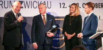 Dr. Dieter Pfortner, Präsident der IHK Chemnitz, hat den August-Horch-Ehrenpreis an Siegfried Bülow überreicht. Der langjährige Chef des Leipziger Porsche-Werkes ist der Träger dieses Preises. Zu den ersten Gratulanten gehörten die Zwickauer Oberbürgermeisterin Constance Arndt und der sächsische Ministerpräsident Michael Kretschmer (v. l.).
